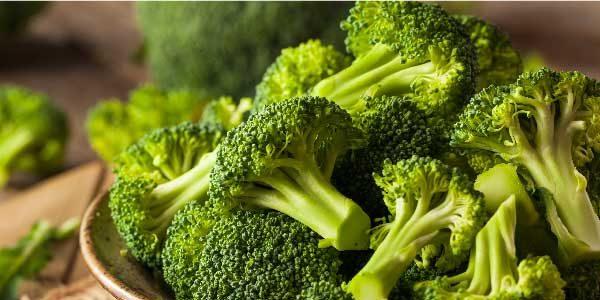 4. Brócolis: Além de uma alta concentração de outras vitaminas e minerais em sua composição, o brócolis também é considerado um alimento rico em cálcio.