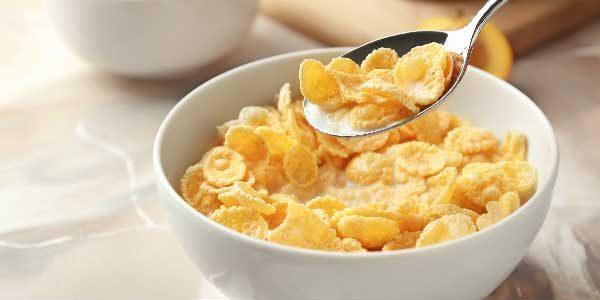 10. Cereal matinal de milho: Consumindo com um leite vegetal, você pode até triplicar a quantidade de cálcio ofertada na refeição.